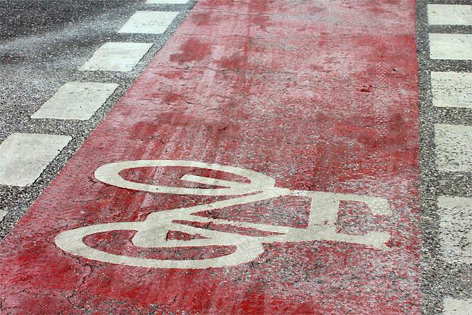 Radweg mit Streusalzresten - Foto: Helge May